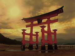 Torii - Itsukushima (Hiroshima) (belthelem) Tags: 2005 trip travel sunset sea sun japan puerta gate shrine searchthebest hiroshima miyajima lovelovelove tori shinto torii japon breathtaking anochecer viajar claroscuro itsukushima t100  themoulinrouge  itsukushimaisland topcmore supershot 100faves 1000v40f 35faves mywinners photology superaplus aplusphoto ibeauty 200750plusfaves 50faves50comments500views diamondclassphotographer flickrdiamond superhearts ysplix flickrelite 75faves platinumheartaward wonderfulworldmix thegoldenmermaid worldphotodoc2005 theroadtoheaven thegoldendreams world100f
