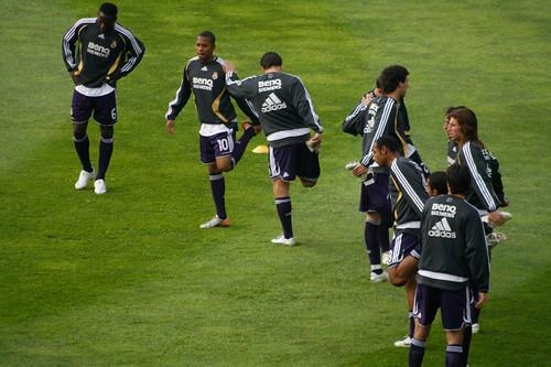 Jugadores del Madrid calentando