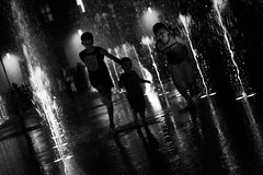 FE 2010 (o_0 AnImAge) Tags: blackandwhite bambini acqua biancoenero reggioemilia fontane bnvitadistrada bnpersone bnmanifestazioni fotografiaeuropea trasognoerealta