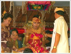 Bali - desa adat Kuta (Franc Le Blanc .) Tags: travel people bali indonesia asia sitting ceremony sit tradition hindu hinduism seated kuta konicaminolta toothfiling impressedbeauty potonggigi francleblanc