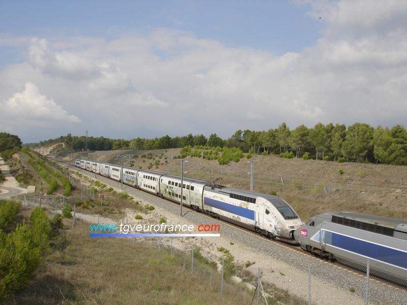 Le TGV Duplex 288 (pelliculé Cézanne) et le TGV Réseau 509 rénové Lacroix filent vers Avignon TGV sur la LN5 au nord d'Aix-en-Provence TGV.