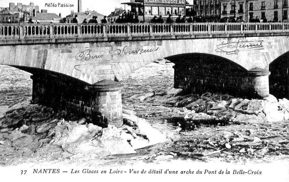 galettes de glace sur la Loire gelée au pont de la Madeleine à Nantes en janvier 1914