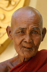 Loving kindness-Myanmar (kinginexile) Tags: life old portrait portraits eyes asia shwedagon burma religion smiles buddhism monks myanmar yangoon itsong–mirrors–southeastasia monkhood