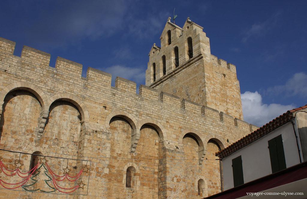 Avec ses murs crenelés, l'église a une allure imposante