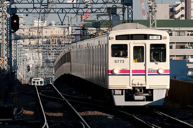 京王電鉄6000系6022F、新宿方に7000系7003Fを連結し高幡不動へ回送される