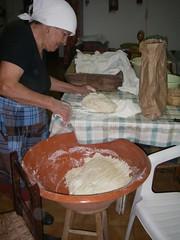 A avó a tender a massa do pão