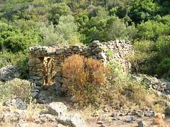 Sur le sentier d'Urchinu (Orchino) : après la traversée du ruisseau de Ghjargalone, une bergerie abandonnée