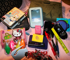 WHAT'S ON MY PURSE ^.^ (dramafreezone) Tags: hellokitty whatsinyourbag ymas mivicio dramafreezone obsses whatsonmypurse qtraigoenmibolsa todoeso wellhellokitty takenbyrosario