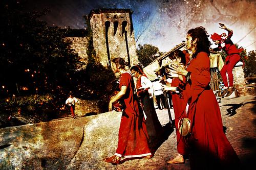 Musiciste (con un Nespolo volante) -- italia medieval italy medievale medioevo musiciste rievocazionestorica italiamedievale jester musicians historical monfestino