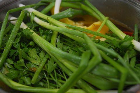 שאר הירקות הירוקים למרק (צילום: ניב קלדרון)