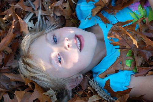 blue eyes, brown leaves