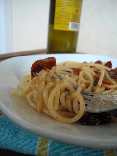 spaghetti pomodorini, olive e bottarga