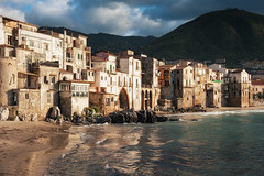 Cefal II (Philipp Klinger Photography) Tags: city travel italien blue houses windows light sunset shadow sea vacation sky italy orange cloud sun house mountain holiday cold green beach nature water yel