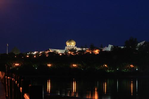 Vista nocturna del Palacio Istana Nurul Iman