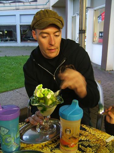 Mr. FiberFlash with a Kiwi Becher