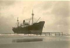 De orkaan van 1 februari 1953 - stranding Virgo en Oder (Dirk Bruin) Tags: vlieland ship vessel zee beached wreck salvage stranded zand schip wrak doeksen stranding berging februaristormwind