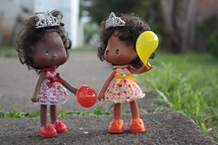 Jamie & Stevie (Mari Assmann) Tags: portrait cake vintage doll jamie bokeh stevie 80s 1984 1981 crown kenner blackhair ssc shortcake  orangeblossom moranguinho crazylabel sweetsleeper 450d bubblefun canonxsi 2edio photoygraphy edioamericana