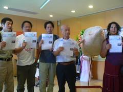 左起徐仁修、蔡嘉陽、劉克襄、吳晟、黛安‧威爾森,共同響應全民認股守護白海豚