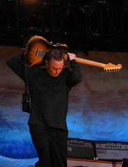 Pearl Jam's Mike McCready in Nijmegen 28 June 2007 (Mister J Photography) Tags: netherlands nijmegen photo concert live nederland pearljam solo eddievedder 2007 europeantour 28june mikemccready europeantour2007 lastfm:event=123382 pearljaminthepark behingthehead