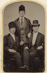 Group portrait of three young men, ca. 1856-1900. (Fylkesarkivet i Sogn og Fjordane) Tags: old portrait usa men history norway america vintage three norge europe young hats archives type letter tintype ferrotype oldpictures oldphotos theus photohistory oldphotography sognogfjordane lettertype historicandoldphotos antiquephotographs historicimage fotosamling norwegianamericans fylkesarkivetisognogfjordane alternativfotografi alternatifphotography historicnorway historicnorge historiskefoto fotoarkiv fotobevaring fotosoga