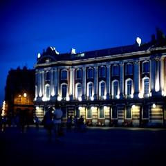 Capitole (StefanoG.com) Tags: street blue color couple walk hour toulouse capitole placeducapitole angenieux25095 stefanotofs olympusep2 20101015