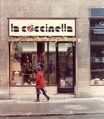 "La Coccinella: negozio di vendita <a style=""margin-left:10px; font-size:0.8em;"" href=""http://www.flickr.com/photos/49285536@N04/4606535222/"" target=""_blank"">@flickr</a>"