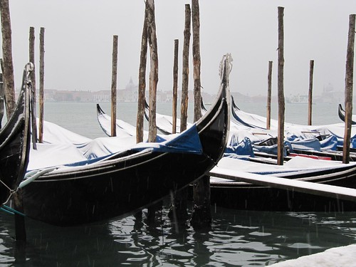 Snow on gondolas opposite San Giorgio 7072