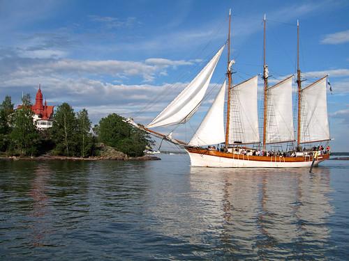 ...известна своими реками и озёрами и горнолыжными курортами - Химос, Вуокатти, Рука, Тахко, Юлляс, Леви, Саарисельга.