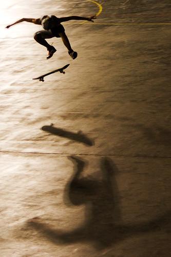 [フリー画像] 人物, 人と風景, 運動・スポーツ, スケボー・スケートボード, 跳ぶ・ジャンプ, セピア, 201011060100