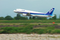 富山空港に離陸するA320