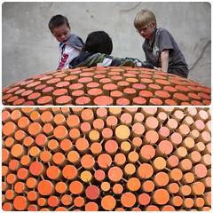 Die Holzkugel (diwan) Tags: wood city orange canon germany children geotagged deutschland eos globe play kinder stadt holz 2010 kugel spielen diptychs diptychon saxonyanhalt sachsenanhalt aschersleben photoscape canoneos450d salzlandkreis landesgartenschau2010 geo:lon=11462072 geo:lat=51753719