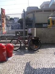 Bicicleta junto ao bar