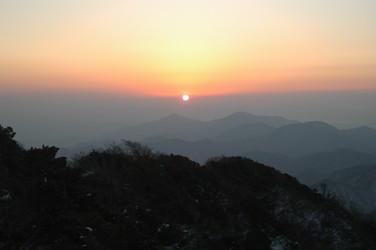 朝日は下蒜山の右から出た(その右は上蒜山)