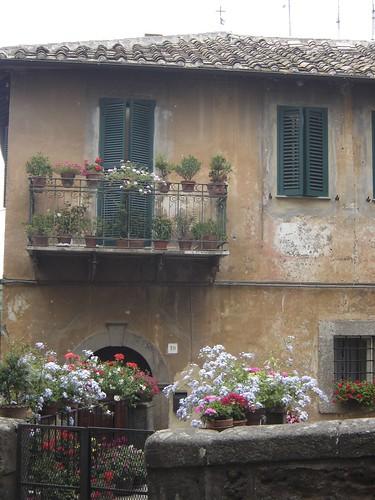 Italia, flores en todos los balcones y ventanas