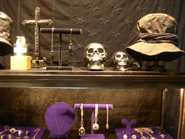 Metallic skulls