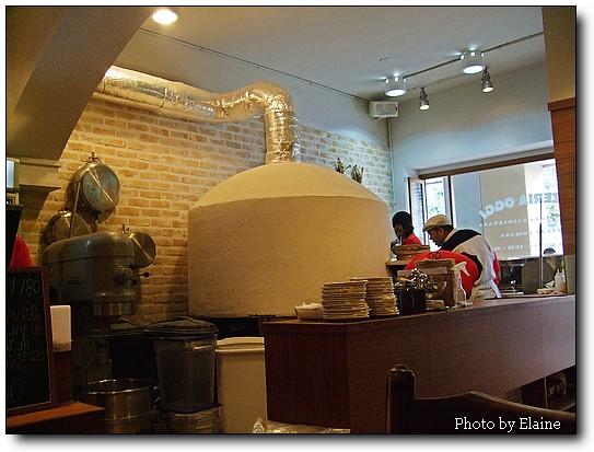 拿波里製造的岩石烤爐和主廚謝宜榮
