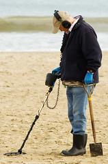 Treasure hunter (Simon Caplan) Tags: sea portrait people man beach coast seaside treasure candid beachlife coastal dorset weymouth peoplewatching treasurehunt metaldetector beachcombing beachcomber treasurehunter