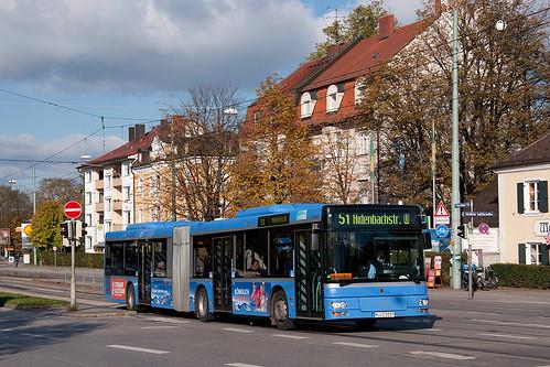 Lion's City 5259 beschleunigt zur Fahrt über die Brücke am Schloß Nymphenburg