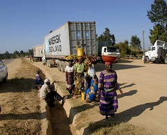 TRUCKING IN TANZANIA (Claude  BARUTEL) Tags: africa truck tanzania women transport scania