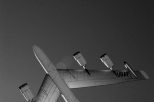 Máy bay có thể bay vòng quanh Trái Đất mà không cần dừng lại không?
