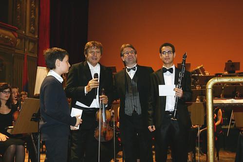 """Teatro Bellini, Uto Ughi consegna abbonamento a ragazzo del pubblico: """"E' un gesto simbolico"""""""