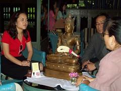 วันที่ 6 พฤศจิกายน 2553 กลุ่มแฟนคลับเสธ.แดง ได้มอบพระพุทธรูป