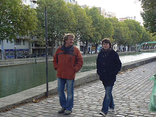 promeneurs au bord du Canal Saint Martin.jpg