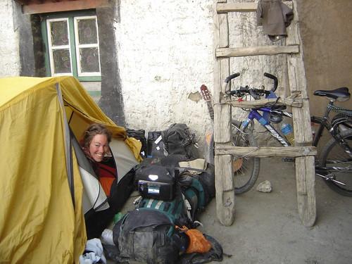 Nuestro campamento en un patio Latse