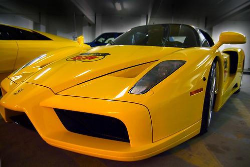 Фото желтого Феррари F60 Enzo