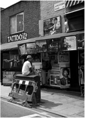 Uno de los nuestros (Joan Vt Garcia) Tags: bw london tattoo poster calle bn viajes pulpfiction jamestown scarface lanaranjamecanica