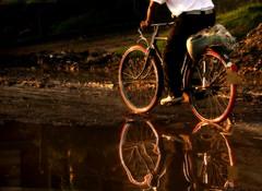 (Roco Jaramillo) Tags: luz water atardecer lluvia agua camino bicicleta reflejo bici bycicle seor charco llanta flickrchallengewinner