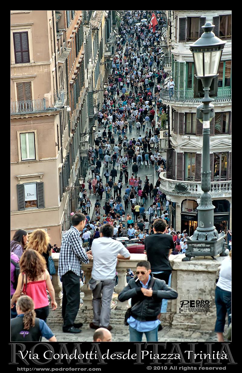 Roma - Via Condotti desde Trinità dei Monti. Piazza Spagna