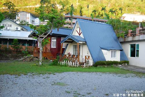 旁邊有兩座小木屋