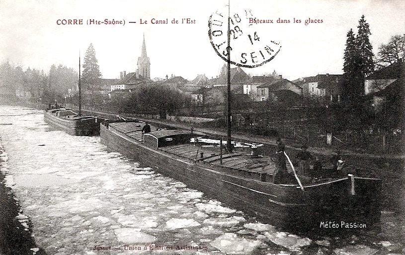 péniches bloquées à Corre sur le canal de l'Est gelé pendant l'hiver 1914